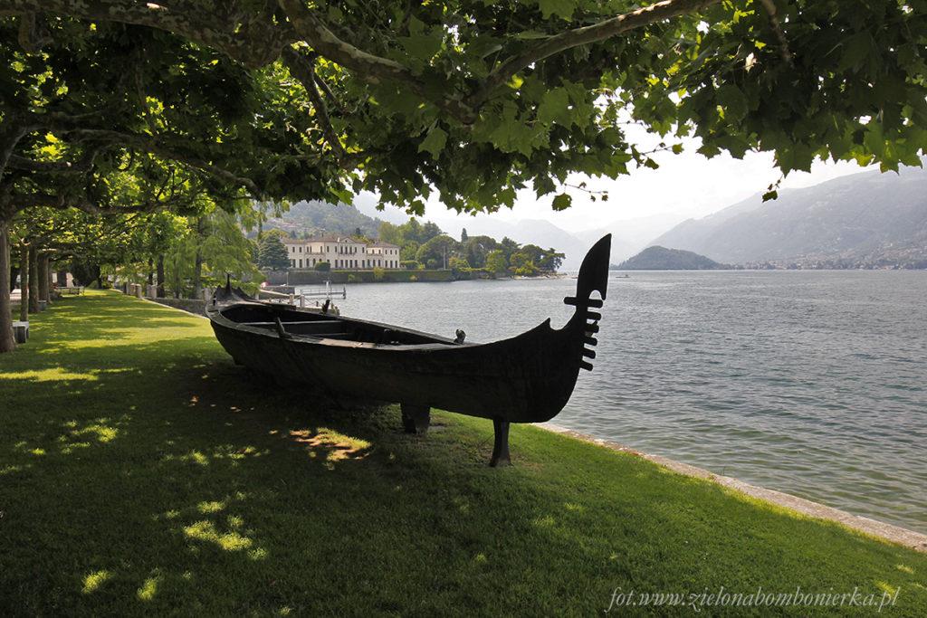 Gondola wenecka, którą umieszczono wparku nażyczenie Bonapartego.